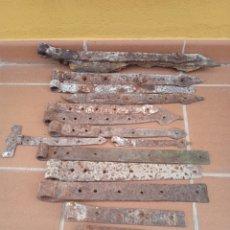 Antigüedades: LOTE DE 16 ANTIGUAS BISAGRAS DE HIERRO FORJA. SIGLO 17 - 18 Y 19.. Lote 264534564