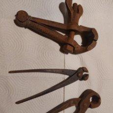Antigüedades: JUEGO DE UNA PAREJA DE TENAZAS Y UN TORNILLO DE HERREROS, VER FOTOS.. Lote 264975404