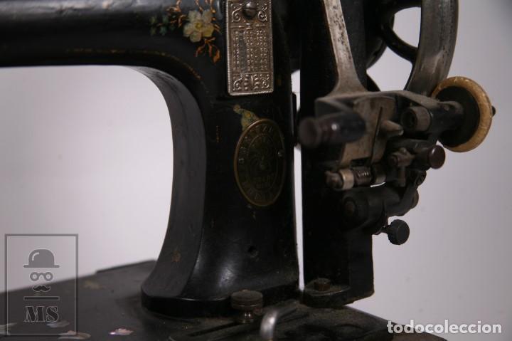 Antigüedades: Antigua Maquina de Coser Cabezal Marca Gritzner - Motivos Florales y Incrustaciones Nácar - Foto 3 - 265187134