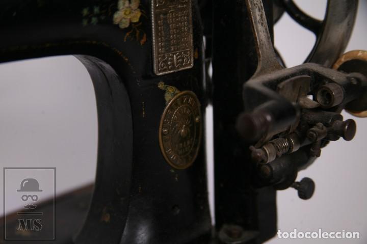 Antigüedades: Antigua Maquina de Coser Cabezal Marca Gritzner - Motivos Florales y Incrustaciones Nácar - Foto 4 - 265187134