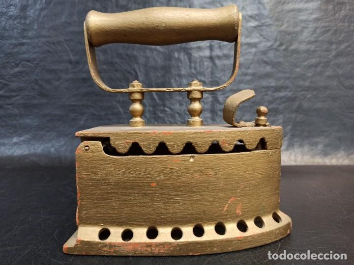 ANTIGUA Y DECORATIVA PLANCHA DE CARBÓN. CG2 (Antigüedades - Técnicas - Planchas Antiguas - Carbón)