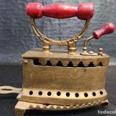 Antigüedades: DECORATIVA PLANCHA DE CARBÓN CON SU BASE. ESPAÑA. CG2. Lote 265448074