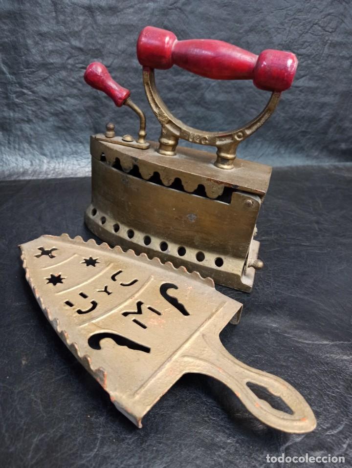 Antigüedades: Decorativa plancha de carbón con su base. España. CG2 - Foto 3 - 265448074