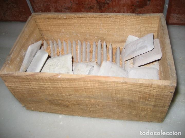 Antigüedades: caja con unas 50 tizas jaboncillos para marcar sastre modista, carpintero - Foto 2 - 265476644