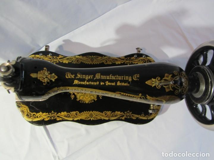 Antigüedades: Antigua máquina de coser Singer, base en forma de violín, muy buen estado - Foto 5 - 265842834