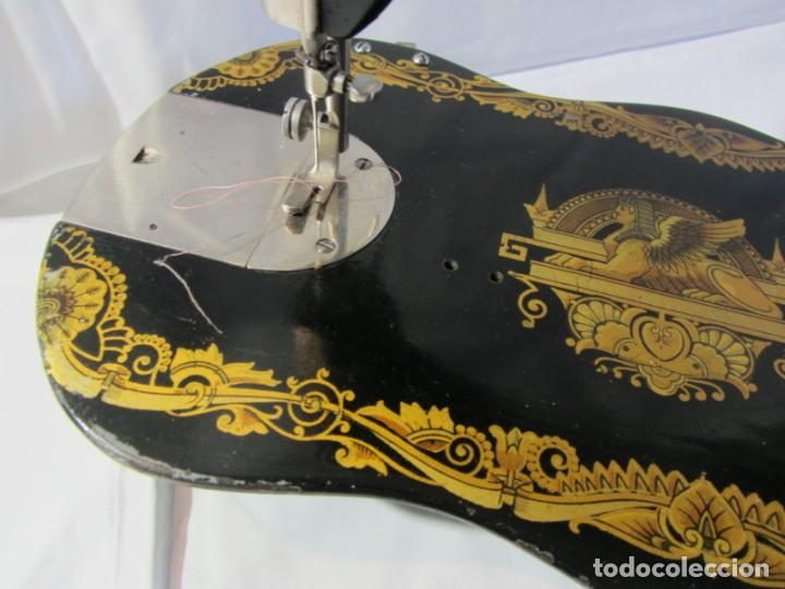Antigüedades: Antigua máquina de coser Singer, base en forma de violín, muy buen estado - Foto 6 - 265842834