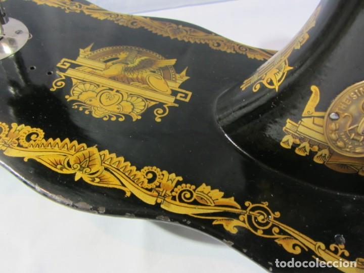 Antigüedades: Antigua máquina de coser Singer, base en forma de violín, muy buen estado - Foto 7 - 265842834