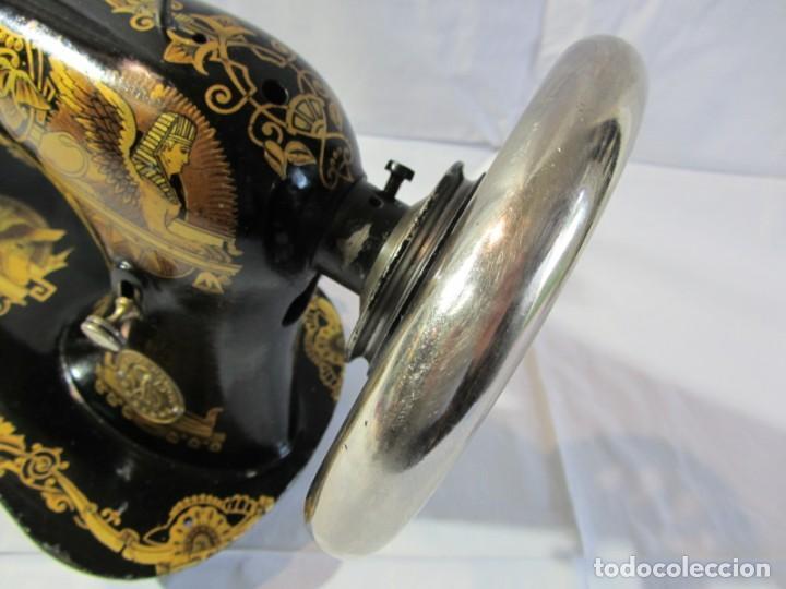 Antigüedades: Antigua máquina de coser Singer, base en forma de violín, muy buen estado - Foto 9 - 265842834