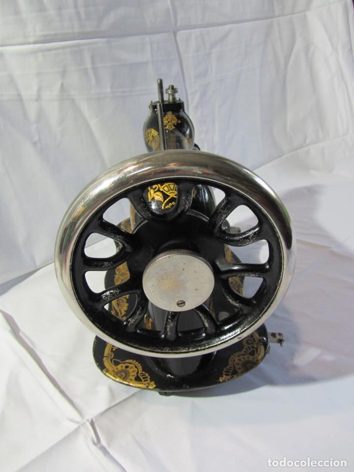 Antigüedades: Antigua máquina de coser Singer, base en forma de violín, muy buen estado - Foto 10 - 265842834