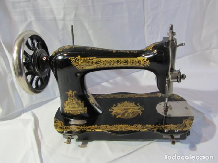 Antigüedades: Antigua máquina de coser Singer, base en forma de violín, muy buen estado - Foto 12 - 265842834