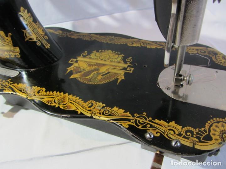 Antigüedades: Antigua máquina de coser Singer, base en forma de violín, muy buen estado - Foto 14 - 265842834