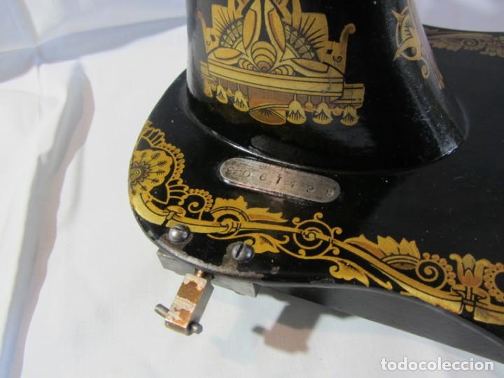 Antigüedades: Antigua máquina de coser Singer, base en forma de violín, muy buen estado - Foto 15 - 265842834
