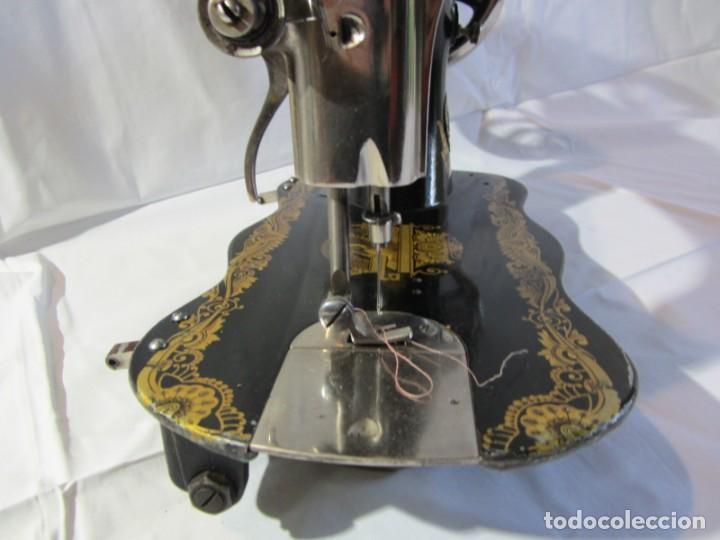Antigüedades: Antigua máquina de coser Singer, base en forma de violín, muy buen estado - Foto 17 - 265842834