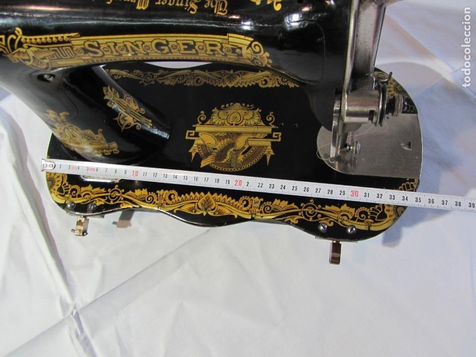 Antigüedades: Antigua máquina de coser Singer, base en forma de violín, muy buen estado - Foto 18 - 265842834