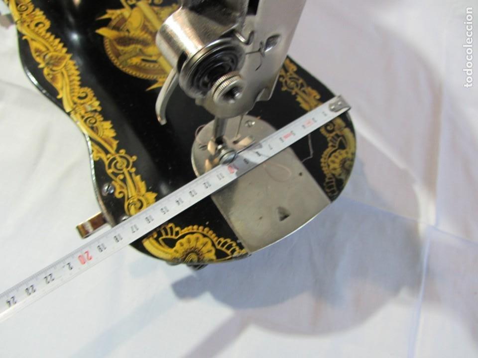 Antigüedades: Antigua máquina de coser Singer, base en forma de violín, muy buen estado - Foto 19 - 265842834