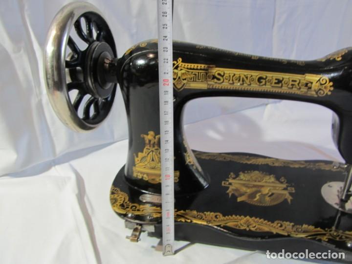 Antigüedades: Antigua máquina de coser Singer, base en forma de violín, muy buen estado - Foto 20 - 265842834