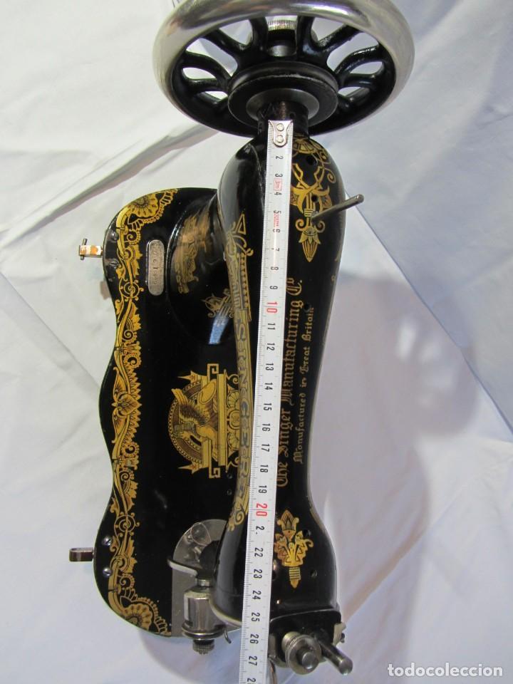 Antigüedades: Antigua máquina de coser Singer, base en forma de violín, muy buen estado - Foto 21 - 265842834