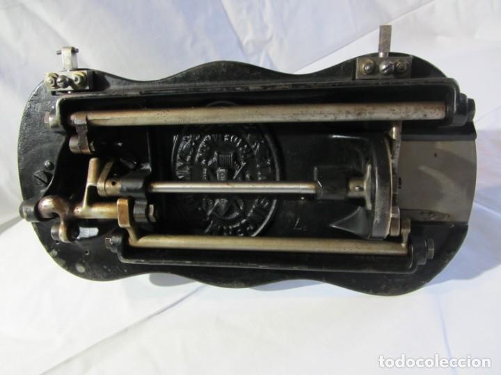 Antigüedades: Antigua máquina de coser Singer, base en forma de violín, muy buen estado - Foto 22 - 265842834