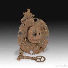 Antiquités: CERRADURA EN FORMA DE ESCUDO CON LLAVE. HIERRO FORJADO. SIGLO XVII.. Lote 265901598