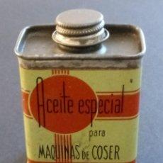 Antigüedades: LATA ACEITE ESPECIAL PARA MÁQUINAS DE COSER - ACEITE PURO DE VASELINA - 6.5 X 4 X 3 CMS. Lote 266143373