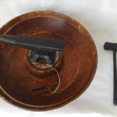 Antigüedades: PEQUEÑO TORNO YUNQUE EN HIERRO Y MADERA REALIZACIÓN ARTESANAL JOYERIA. Lote 266183878