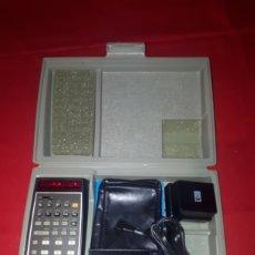Antiquités: ANTIGUA CALCULADORA HEWLETT PACKARD 45 CON CARGADOR E INSTRUCCIONES EN ESTUCHE ORIGINAL NO PROBADA. Lote 266425578