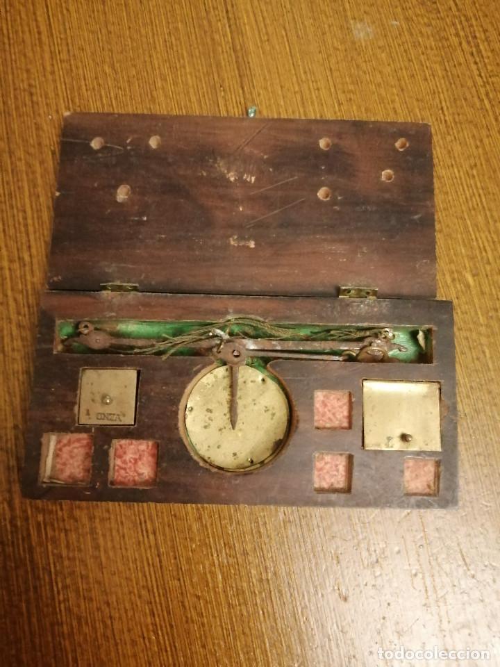 ROMANA PEQUEÑA CON CAJA ORIGINAL, SOLO CON LA PESA DE ONZA, MIDE: 14 X 7 X 2,50 C.M. VER FOTOS (Antigüedades - Técnicas - Medidas de Peso - Romanas Antiguas)