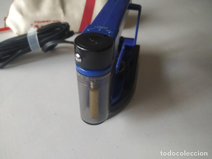 Antigüedades: Curiosa plancha Sanyo de viaje. Modelo A201N. En su estuche con instrucciones. Adaptador de enchufe. - Foto 13 - 266942569