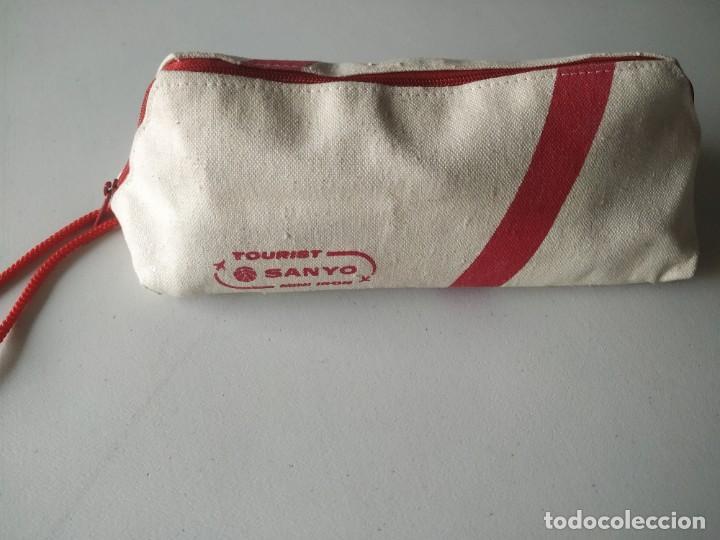 Antigüedades: Curiosa plancha Sanyo de viaje. Modelo A201N. En su estuche con instrucciones. Adaptador de enchufe. - Foto 15 - 266942569