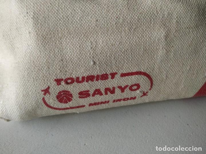 Antigüedades: Curiosa plancha Sanyo de viaje. Modelo A201N. En su estuche con instrucciones. Adaptador de enchufe. - Foto 16 - 266942569