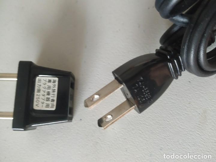 Antigüedades: Curiosa plancha Sanyo de viaje. Modelo A201N. En su estuche con instrucciones. Adaptador de enchufe. - Foto 18 - 266942569