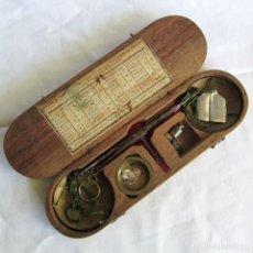 Antigüedades: ANTIGUA BALANZA FRANCESA EN CAJA DE MADERA CON PESOS Y TABLA DE CONVERSIONES. Lote 267196104
