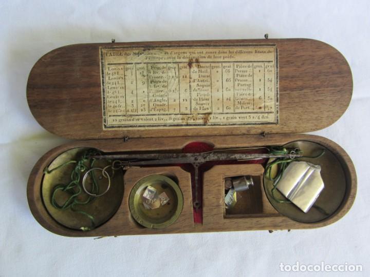 Antigüedades: Antigua balanza francesa en caja de madera con pesos y tabla de conversiones - Foto 2 - 267196104