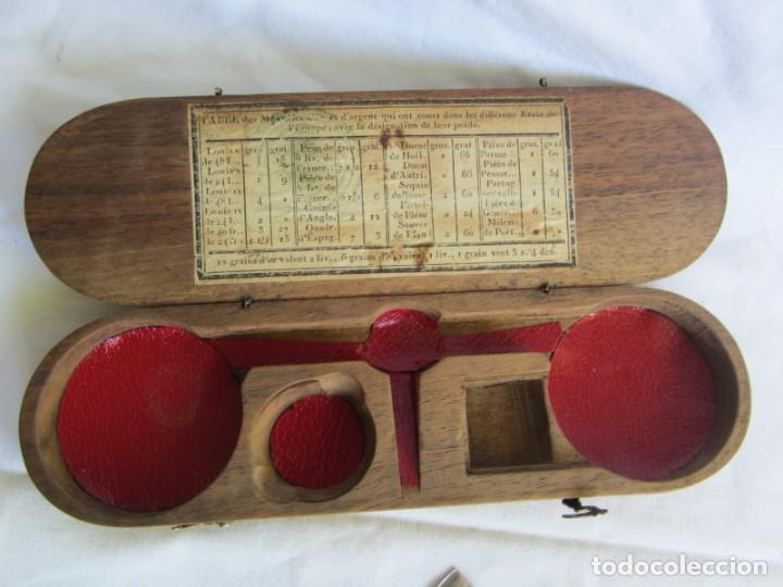 Antigüedades: Antigua balanza francesa en caja de madera con pesos y tabla de conversiones - Foto 16 - 267196104