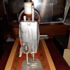 Antigüedades: PEQUEÑA MAQUINA DE COSER, RUSA, NO JUGUETE.. Lote 267239364