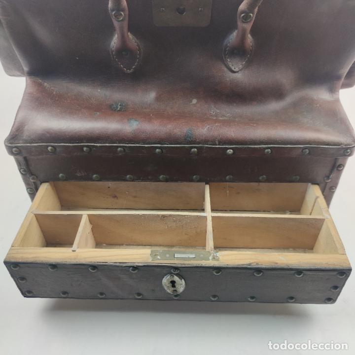 Antigüedades: Antiguo maletín de médico en cuero y madera. Contiene cajón inferior con apartados. Siglo XIX. - Foto 2 - 267337359