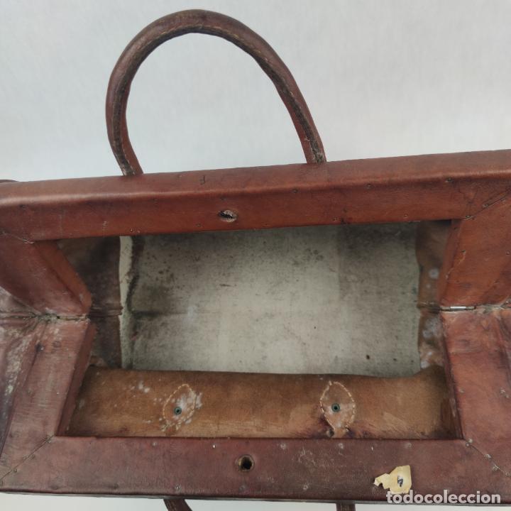 Antigüedades: Antiguo maletín de médico en cuero y madera. Contiene cajón inferior con apartados. Siglo XIX. - Foto 3 - 267337359