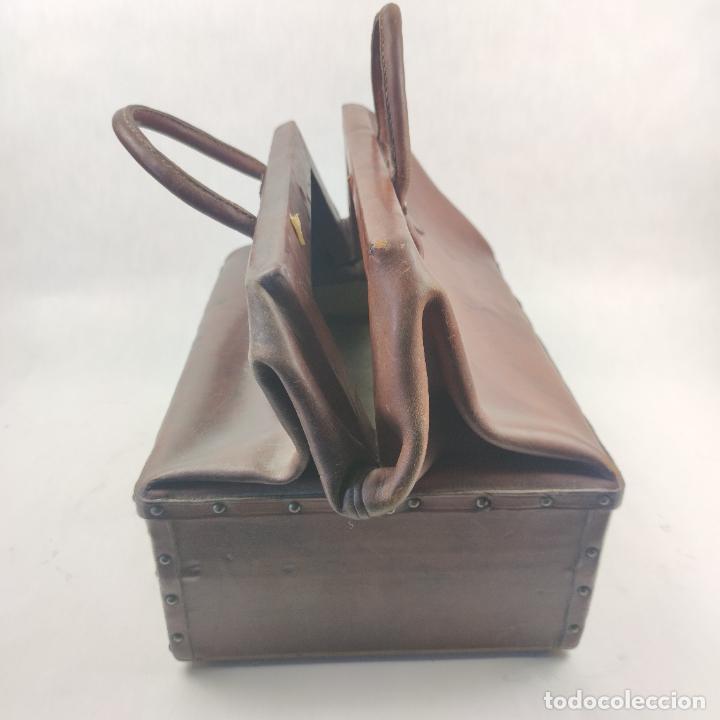 Antigüedades: Antiguo maletín de médico en cuero y madera. Contiene cajón inferior con apartados. Siglo XIX. - Foto 4 - 267337359