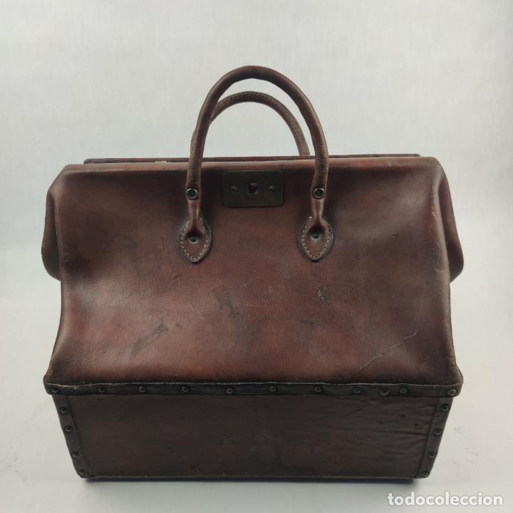Antigüedades: Antiguo maletín de médico en cuero y madera. Contiene cajón inferior con apartados. Siglo XIX. - Foto 5 - 267337359