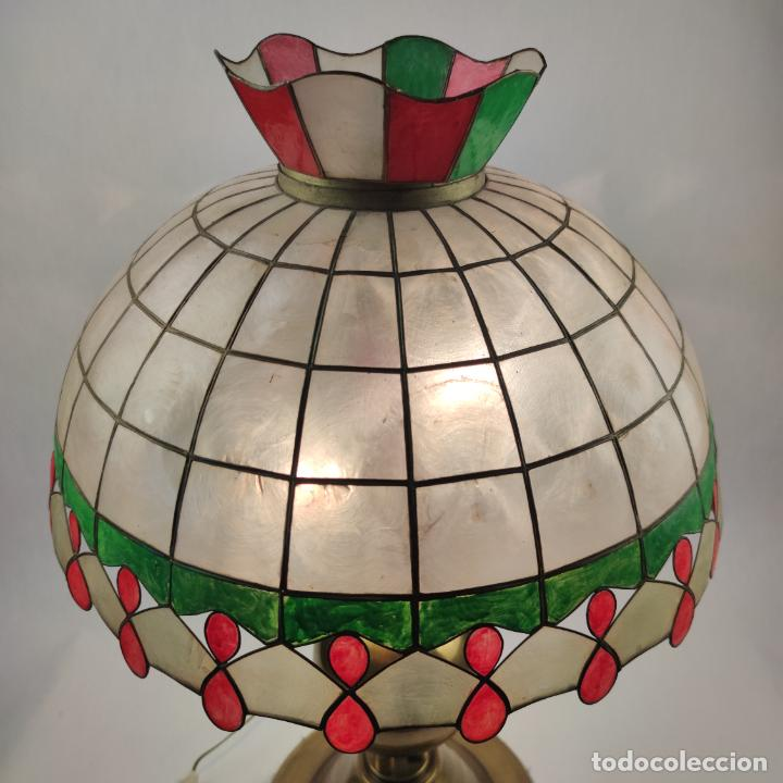Antigüedades: Bella lámpara de mesa o despacho en bronce. Tulipa de nácar. Funcionando. Doble bombilla. - Foto 2 - 267341739