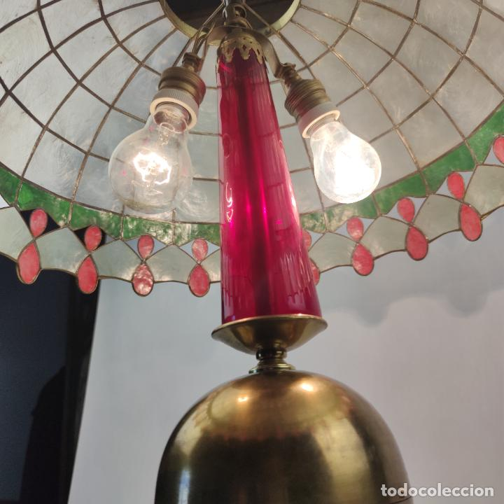 Antigüedades: Bella lámpara de mesa o despacho en bronce. Tulipa de nácar. Funcionando. Doble bombilla. - Foto 5 - 267341739