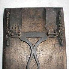 Antigüedades: RARA PRENSA FRANCESA PARA ENCUADERNAR LIBROS DE 1880. Lote 267460719