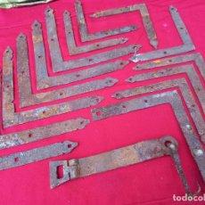 Antigüedades: LOTE DE 14 ESCUADRAS Y PESTILLO, ANTIGUOS, EN HIERRO FORJADO PARA PORTON DE MADERA.. Lote 267465929