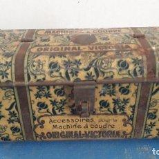 Antigüedades: RARA LATA PARA ACCESORIOS DE MAQUINA DE COSER: MACHINES A COUDRE ORIGINAL VICTORIA, SIN ASA. Lote 267591329