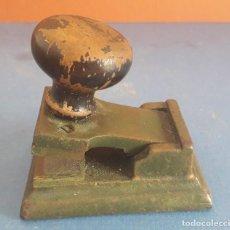 Antigüedades: PEQUEÑO SELLO SECO DE HIERRO CON PLACAS LISAS DE LATON, Y MANGO DE MADERA, 7X5X6,5CM APROX. Lote 267634519