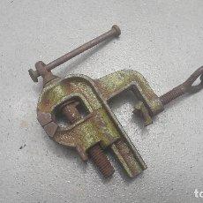 Antigüedades: PEQUEÑO TORNILLO DE BANCO, HIERRO, 11X9CM APROX SIN ENGANCHE, BOCA 3CM APROX DE ANCHO. Lote 267637694