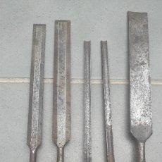 Antigüedades: JUEGO DE 3 GUBIAS Y 2 FORMONES LARGOS, MARPLES, CON MANGO DE PLASTICO, ENTRE 37 Y 31CM APROX. Lote 267639379