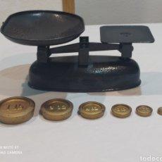 Antigüedades: ANTIGUA BÁSCULA CON PESAS. Lote 267662359