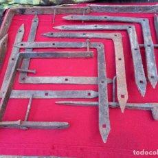Antigüedades: LOTE DE 11 GRANDES PIEZAS DE HIERRO FORJADO ANTIGUAS PARA PORTON / PUERTA DE MADERA.. Lote 267767864