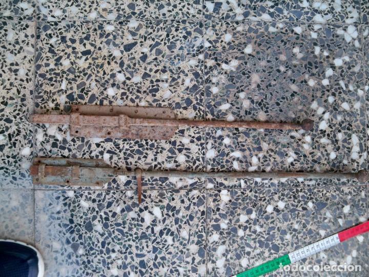 Antigüedades: Dos antiguos Pestillos grandes para puertas o ventanas. - Foto 2 - 267815449